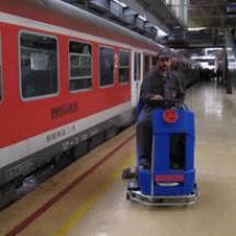 washing platform شستشو و نظافت سکوی ایستگاه قطار