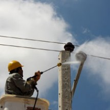 washing-electeric-poles خدمات شستشوی مقره های خطوط برق