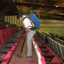 backpack-vacuum-cleaner نظافت سالن آمفی تئاتر با جارو برقی کوله ای