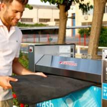 washing car mats شستشوی کفی خودرو