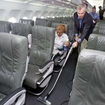 vacuum cleaning the inside plane نظافت درون هواپیما با جاروبرقی