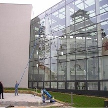 wash the building facade شستشوی نمای ساختمان