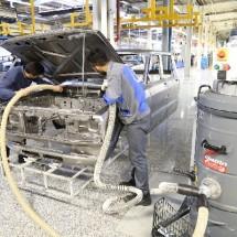 dust car body in automotive industry غبارگیری بدنه خودرو در کارخانه