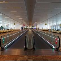 washing escalator and travelator at the airport شستشوی پله برقی ها و رمپ ها در فرودگاه