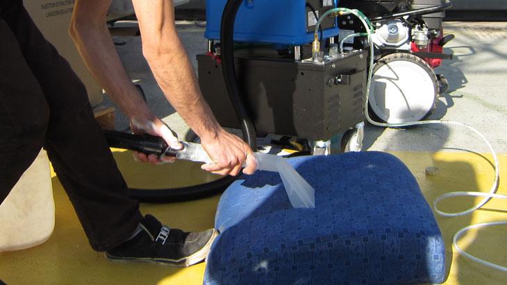 افزایش طول عمر صندلی با شستن صندلی ماشین با مبل شوی